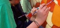 Pintando las escamas del dragón.