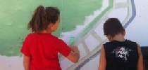 Niños pintando.