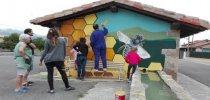 Eguilaz pinta el lavadero del pueblo